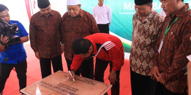Penandatanganan prasasti peresmian kantor DPD LDII Kabupaten Nganjuk oleh Bupati Drs. H. Taufiqurrahman.