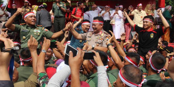 Panglima Kodam V/Brawijaya Mayjen TNI I Made Sukadana dan Kapolda Jawa Timur Irjen Pol Anton Setiadji saat dibopong oleh peserta Parade Nusantara Bersatu di Lapangan Upacara Makodam V Brawijaya, Surabaya, Rabu (30/11).